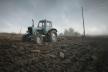 Трагедія на Буковині: п'яний чоловік намагався застрибнути у трактор