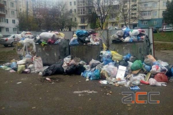 Через недбалу роботу комунальників Гравітон перетворюється на справжнє сміттєзвалище (Фото)