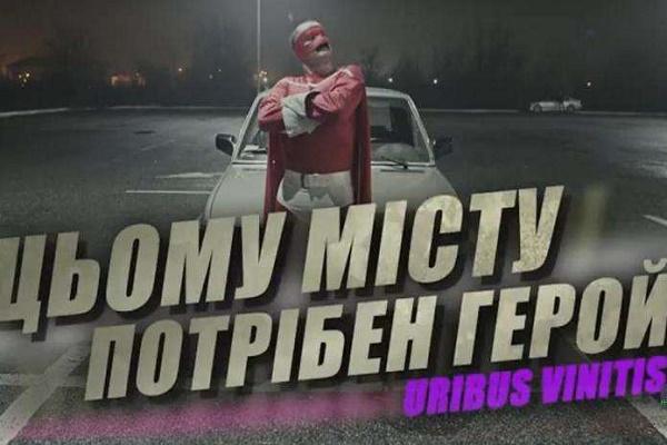 Загадковий супергерой продовжив свою акцію протесту в Чернівцях (Відео)