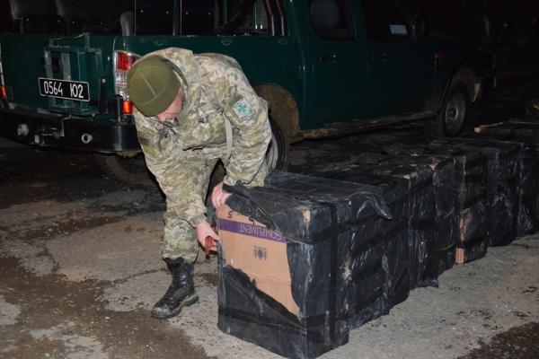 Буковина: майже 9 тисяч пачок нелегальних цигарок перевозили на мулах (Фото)