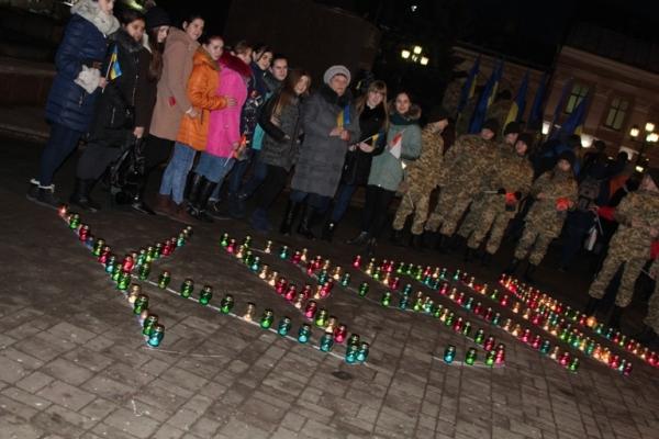 На Центральній площі Чернівців вшанували загиблих у бою під Крутами (Фото)