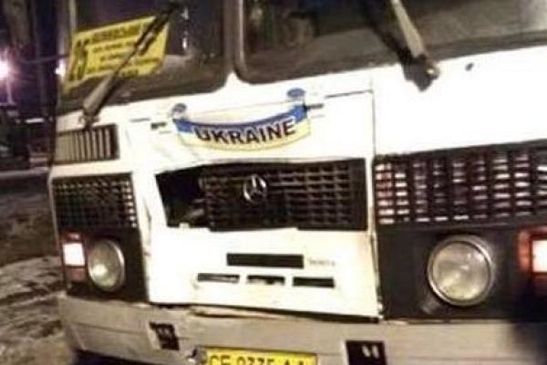 Біля Чернівців під колеса автобуса потрапив перехожий