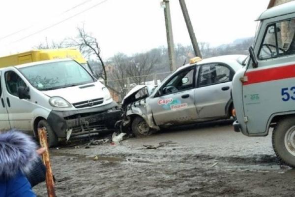 ДТПна Буковині: не розминулися таксі ймікроавтобус (Фото)