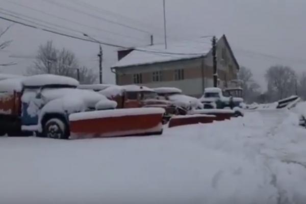 Як чернівецькі комунальники зі снігом боролися (Відео)