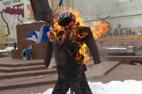 У серці Буковини спалили опудало Порошенка (Фото)