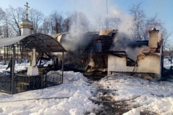 У Чернівецькій області гасили пожежу - горіла дерев'яна церква (Фото)