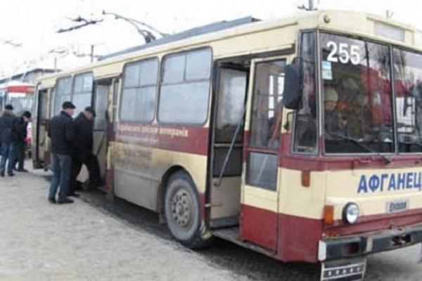 Чернівчан «дістали» пільговики в маршрутках і тролейбусах