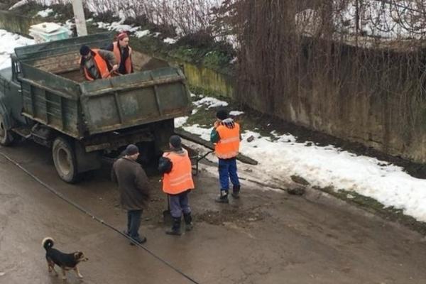 Чернівецькі комунальники латають діри на дорогах багнюкою