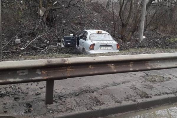 У Чернівцях машина служби таксі злетіла в кювет (Фото)
