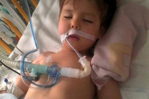 У Кельменцях дворічна дитина впала у кому після лікування у районній лікарні