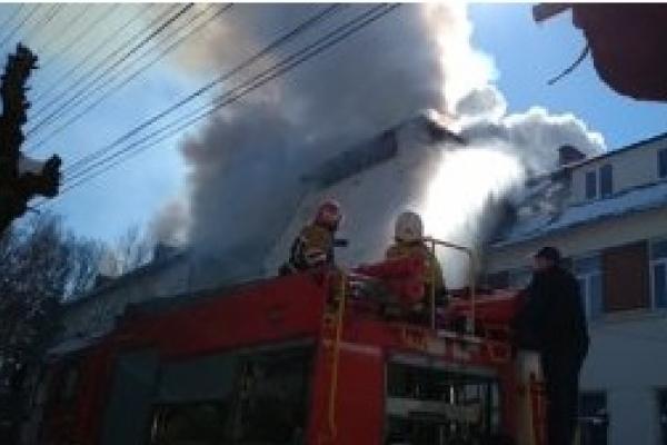 На Буковині студентів і викладачів евакуювали з палаючого коледжу (Відео)