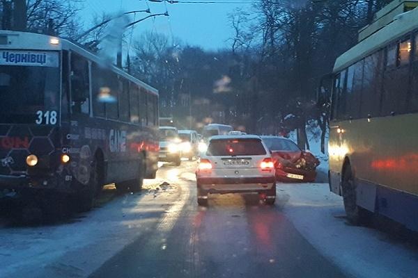У Чернівцях на слизькій дорозі легковик врізався в тролейбус (Фото)