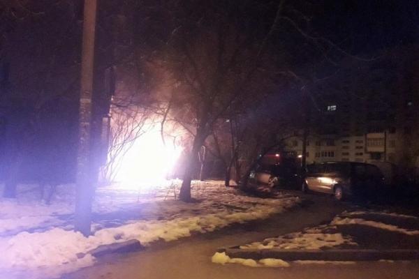 У Чернівцях посеред ночі під житловим будинком загорівся легковик (Фото)