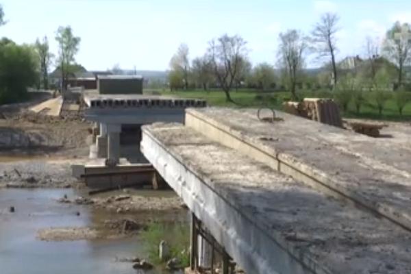 На Буковині 8 років не можуть відремонтувати знищений паводком міст (Відео)
