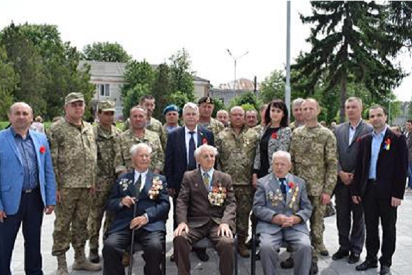У Чернівецькій області чиновники РДА викинули квіти з-під пам'ятника загиблим у Другій світовій війні