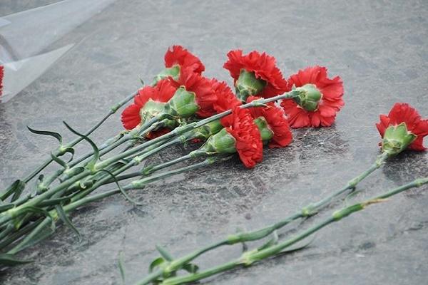 Мер міста у Чернівецькій області поскаржився в СБУ на чиновницю, яка викинула квіти з-під пам'ятника в День примирення