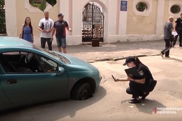 На вулиці Гулака-Артемовського у Чернівцях автівка провалилася під асфальт (Фото, відео)