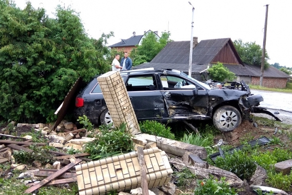 У місті Сторожинець водій «Audiі А6» розтрощив автівку об паркан (Фото)