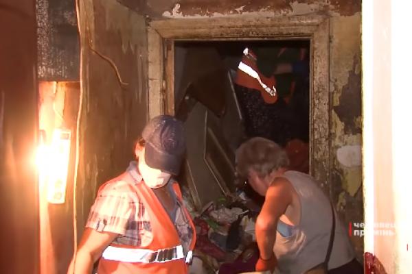 У Чернівцях жінка перетворила свою квартиру на звалище (Відео)