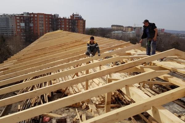 У Чернівецькій міській лікарні № 1 замінюють дах лікувального корпусу (Фото)