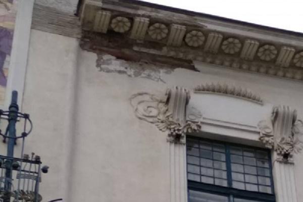 У Чернівцях на перехожих обвалюються фасади будинків і балкони (Фото)