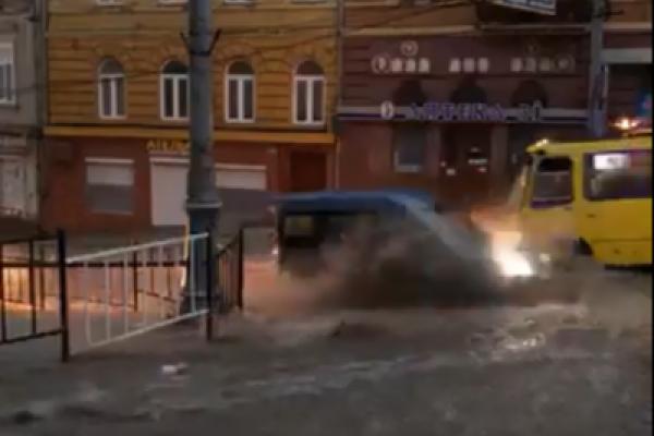 Чернівці знову затопила злива (Фото, відео)