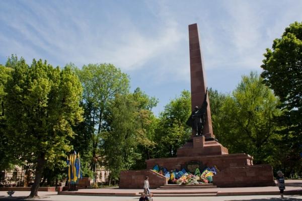 Чернівчани пропонують демонтувати два пам'ятника
