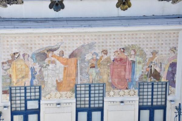 У Чернівцях історик встановив авторство майолікового панно на фасаді Художнього музею