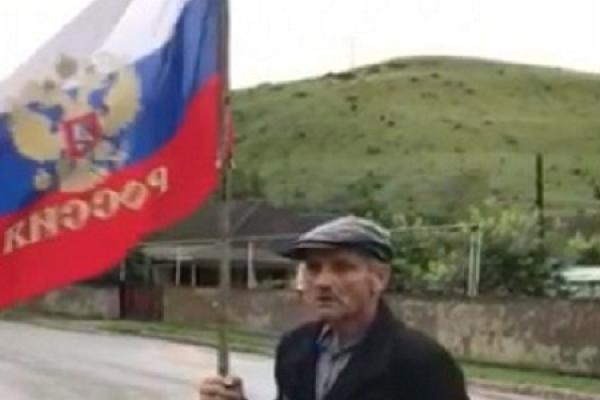 На Буковині чоловік розгулював із прапором Росії у руках