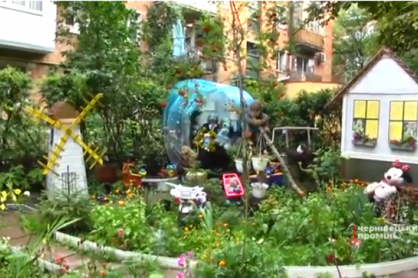 Казковий дворик та яскравий луг у під'їзді створили мешканки Чернівців