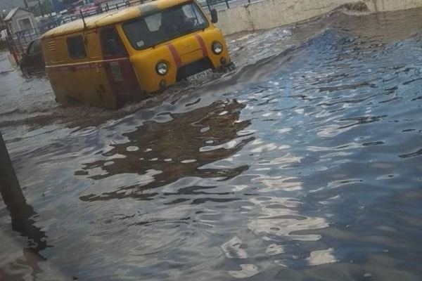Ринок у Чернівцях пішов під воду (Фото, відео)
