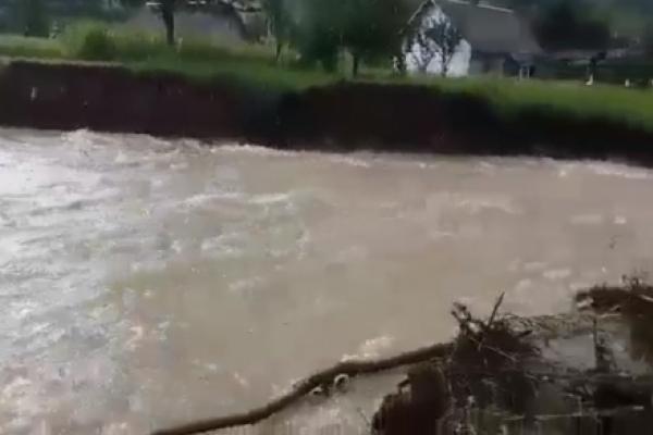 На Буковині через потужну зливу, яка затопила дорогу, селяни не можуть дістатись до магазину (Відео)