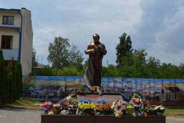 На Буковині у райцентрі відкрили пам'ятник Кобзарю