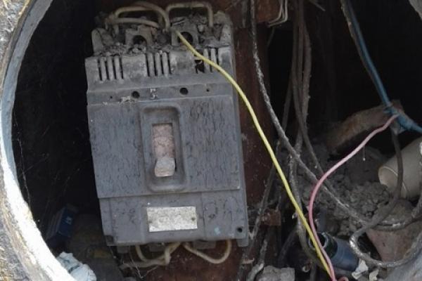 Стирчать дроти: у центрі Чернівців з електроопори зникли покришки