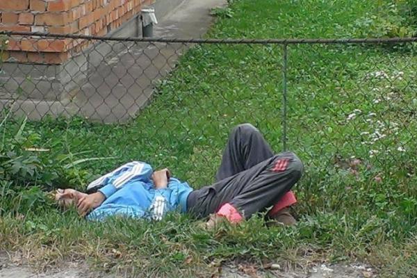 На Прикарпатті п'яна мати заснула на узбіччі дороги, кинувши дітей (Фото)