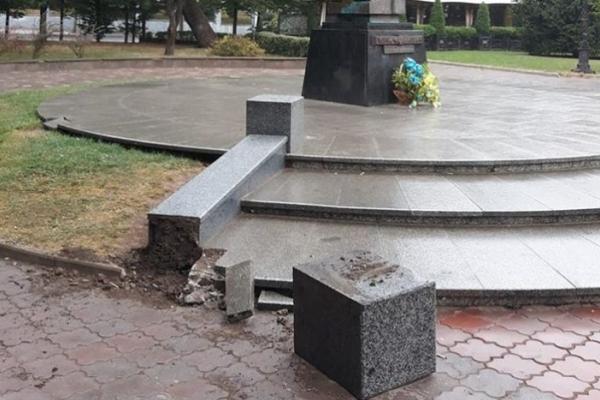 Вандали пошкодили пам'ятник Юрієві Федьковичу у Чернівцях