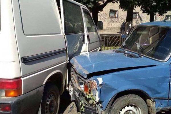 У Чернівцях п`яний водій без прав протаранив 9 машин (Фото)