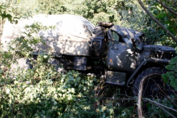 На Буковині військовий «Урал», який буксирував БТР, вилетів з дороги