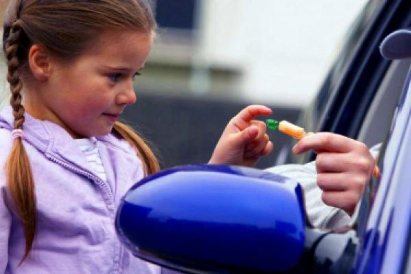 «Сусідка помітила, як засовував дитині до рота цукерку»: деталі інциденту з 6-річною дівчинкою