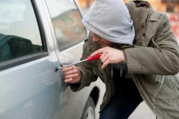 Грабіж серед білого дня: у Чернівцях пограбували автівку на очах у свідків