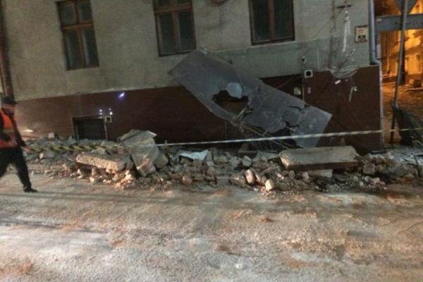 У Чернівцях з будинку обвалився фасад (Фото)