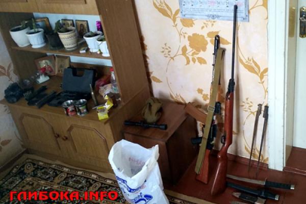 На Буковині в домі померлого бійця АТО вилучили арсенал зброї (Фото)