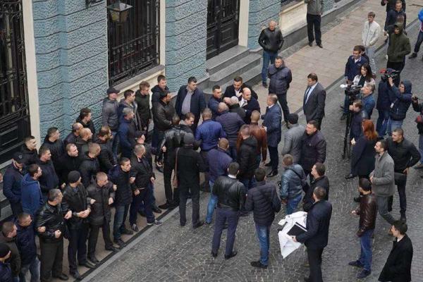 Лідерку партії «Батьківщина» пікетували на Буковині (Фото, відео)