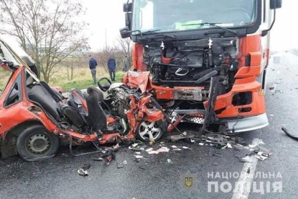 Смертельна ДТП на Прикарпатті: легковик влетів у вантажівку, якою кермував буковинець (Фото)