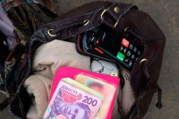 На Буковині упіймали злодійку, яка крала телефони й гаманці (Фото)