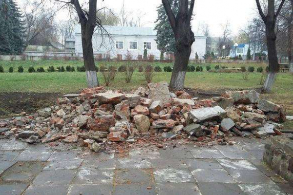 У Чернівцях знесли пам`ятник пролетарському письменнику (Фото)