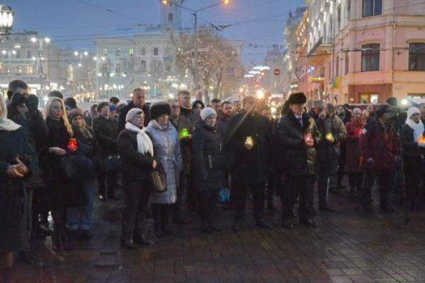 У Чернівцях на Центральній площі вшанували пам'ять Героїв (Фото)