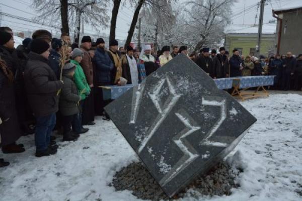 У Чернівцях відкрили та освятили меморіал, присвячений жертвам Голодомору (Фото)
