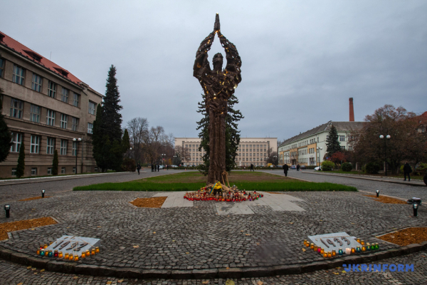 В Ужгороді встановили монумент жертвам Голодомору (Фото)