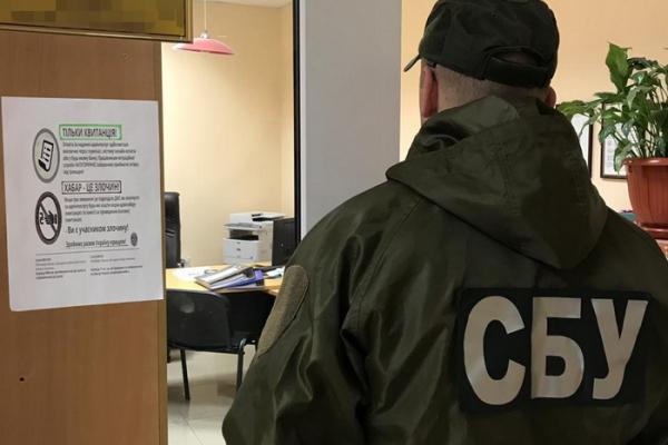 СБУ викрила на хабарах одного з керівників державної міграційної служби Чернівців (Фото)